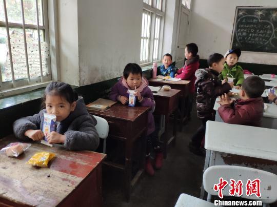 学生食用营养餐。 王昊昊 摄