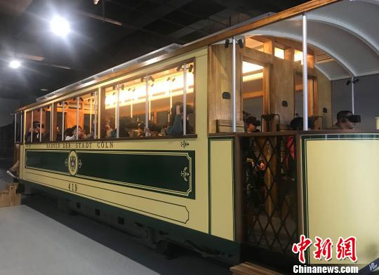 """图为游客乘坐""""时光列车"""",感受上世纪20年代德国街头的别样风貌。 郭海燕 摄"""