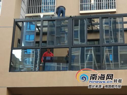 海口铭德美景苑小区一业主无视城管整改通知书 玻璃房仍在施工