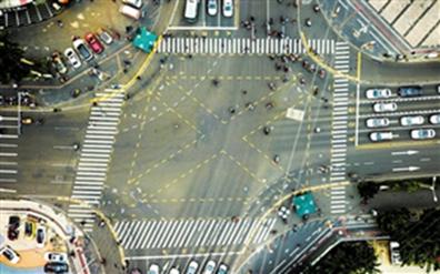 全向十字路口首次亮相海口街头非机动车和行人通行时间缩短