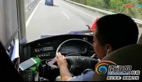 边开车边看手机三亚一公交司机因违规驾驶被开除