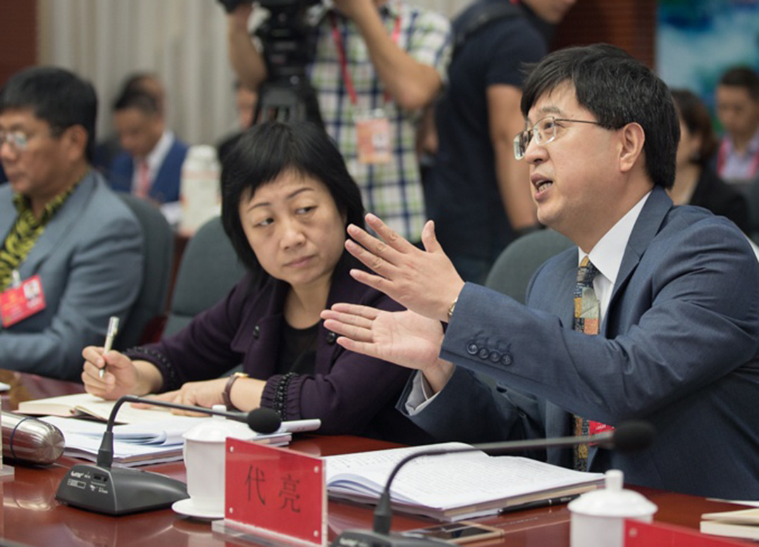 海南人大代表认真审议政府工作报告