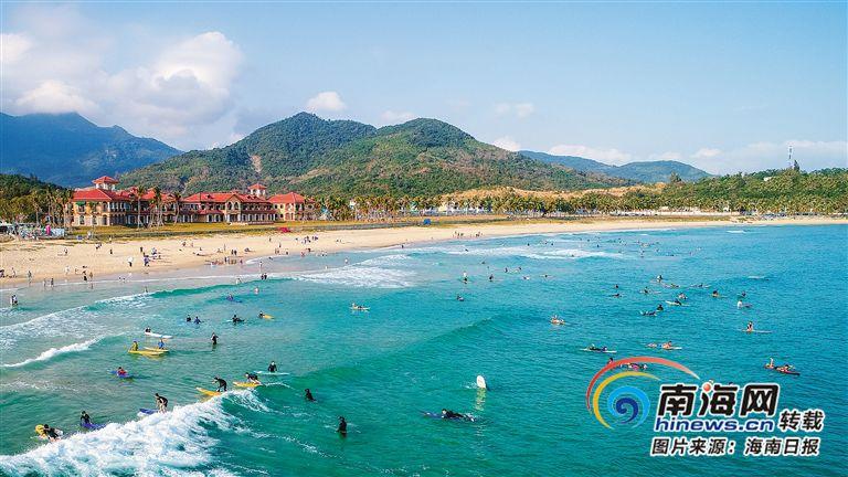 """游客在万宁日月湾体验冲浪激情""""体育+旅游""""促旅游消费升级"""