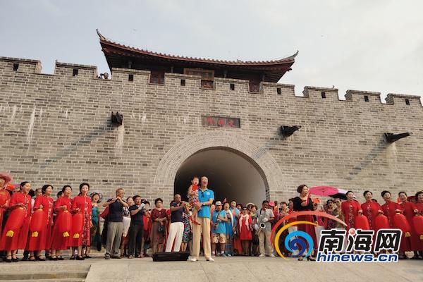 """三亞崖州古城上演""""我和我的祖國""""快閃 吸引大批市民游客"""