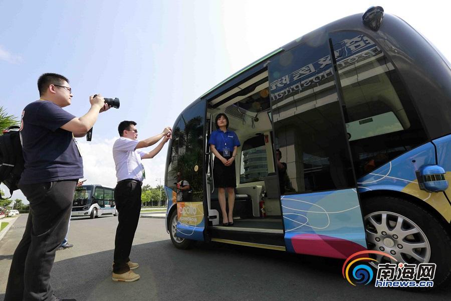 体验无人驾驶汽车.海报集团全媒体中心记者 陈元才 摄
