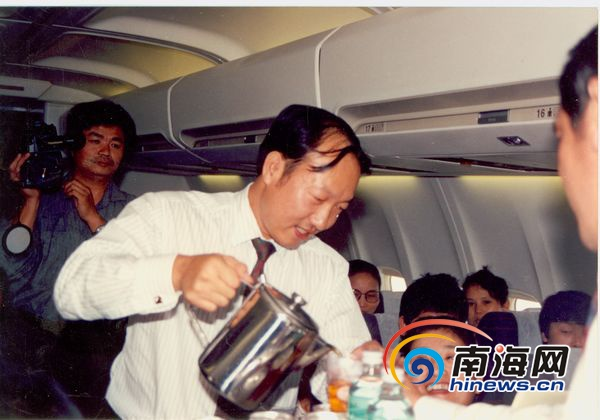 纪念海航创业 时隔26年陈峰再登机为旅客服务