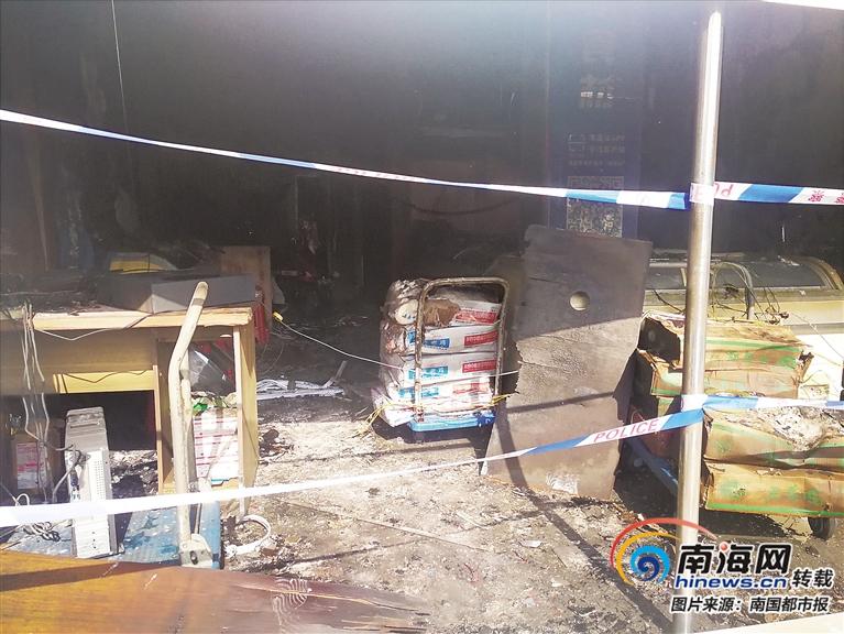 三亚一沿街商铺凌晨突发大火 五台冰柜四辆电动车被烧毁