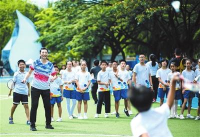 奥运冠军走进三亚市九小分享励志故事