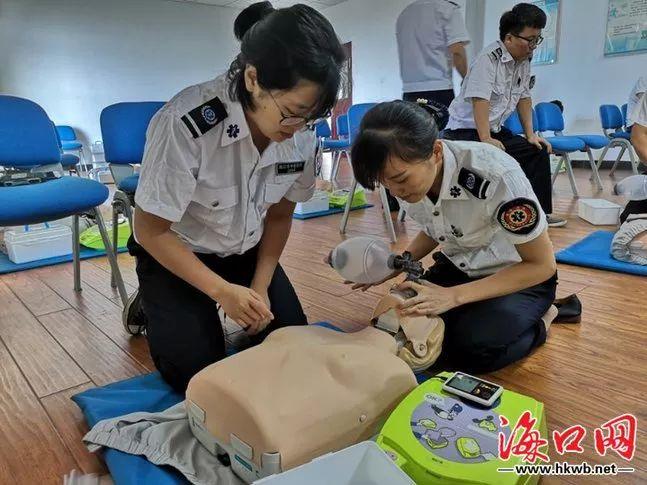 <b>高考期间海口如遇暴雨天气,全地形涉水救护车随时待命!</b>