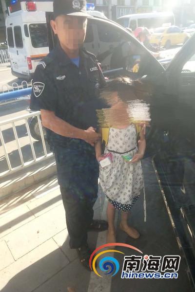 东方一女童被困车内猛按汽车喇叭 巡警巧妙引导其自救成功