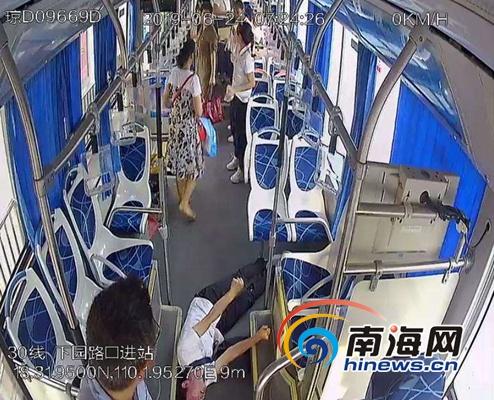 惊险!陵水一乘客突然倒地抽搐 公交车司机8分钟紧急送医
