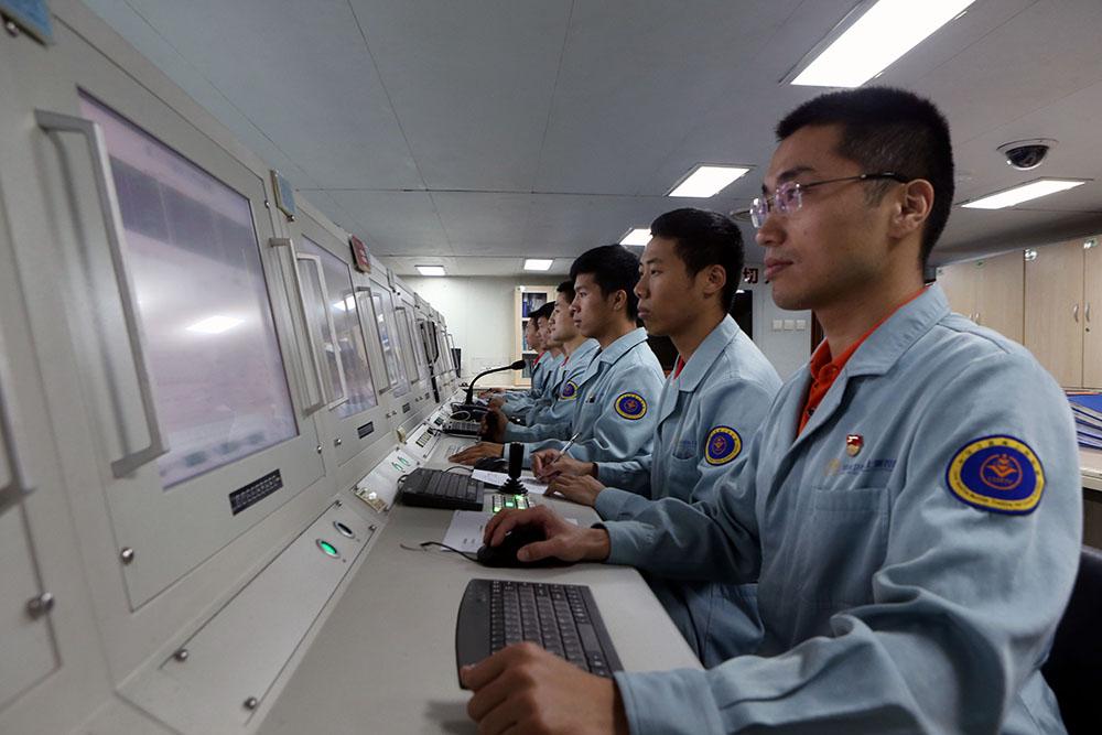 6月25日,远望3号船雷达机房工作人员对第46颗北斗导航卫星进行海上测控。新华社记者 刘诗平 摄