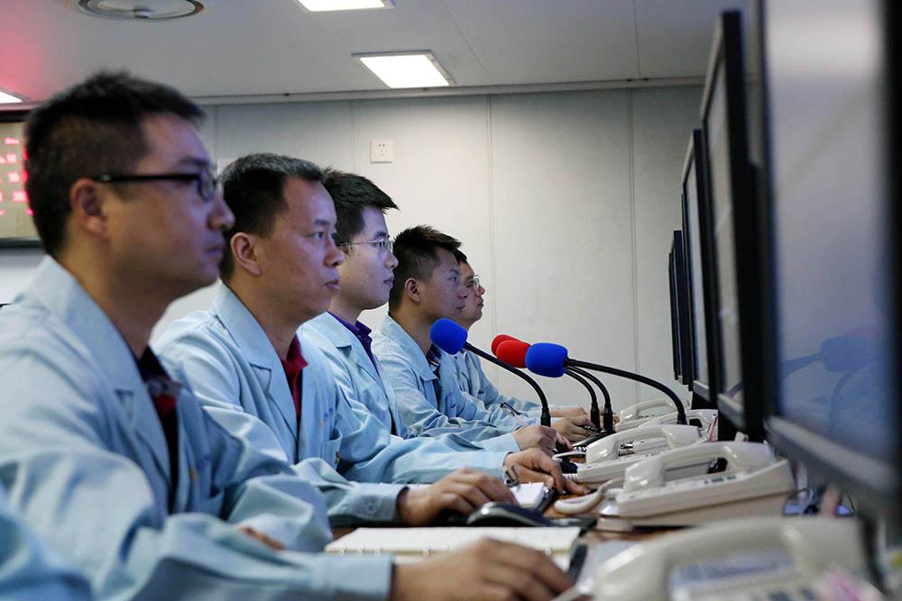 6月25日,远望3号船控制中心工作人员对第46颗北斗导航卫星进行海上测控。新华社记者 刘诗平 摄