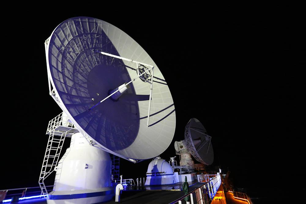 6月25日拍摄的远望3号船海上测控的雷达天线。新华社记者 刘诗平 摄