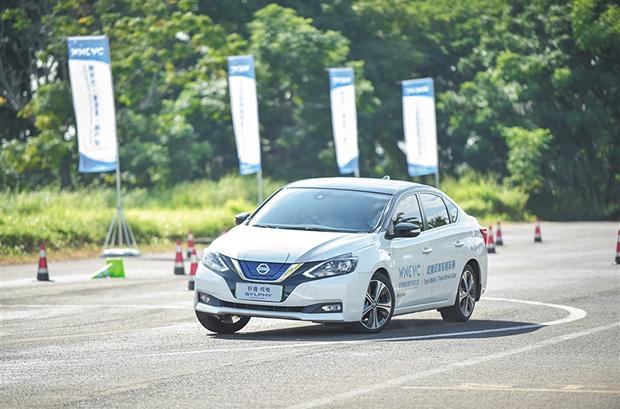 琼海博鳌:体验者试乘试驾新能源汽车