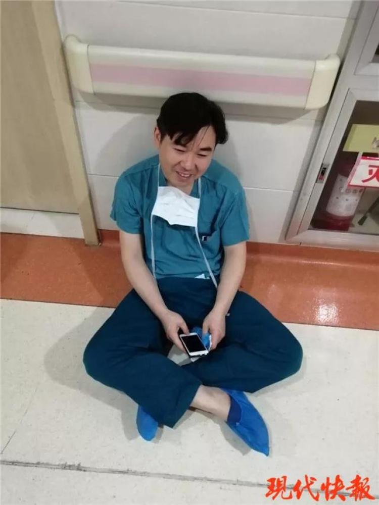 连做4台手术后医生瘫坐妻子病房门口 孩子在抢救图片 58837 750x1000