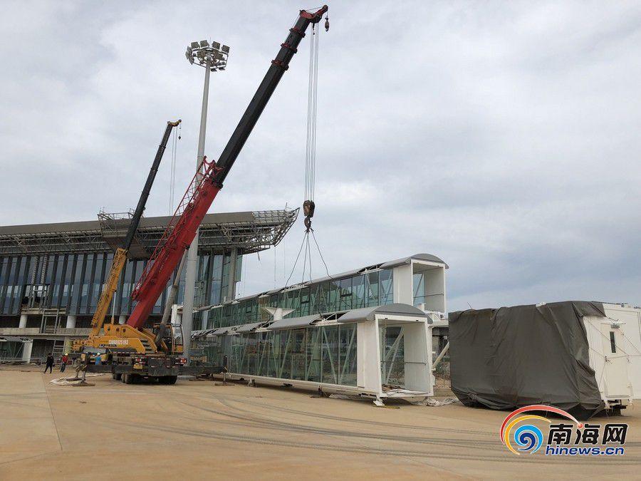 <b>海口美兰机场T2航站楼第一座登机廊桥(固定端)完成安装</b>