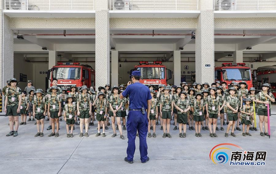 琼海留守儿童夏令营走进消防中队 零距离体验消防生活