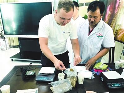 26名俄罗斯医学生在三亚感受中医药魅力