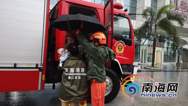 转址赚钱台风天海口一幼儿生病被困 消防车护送就医
