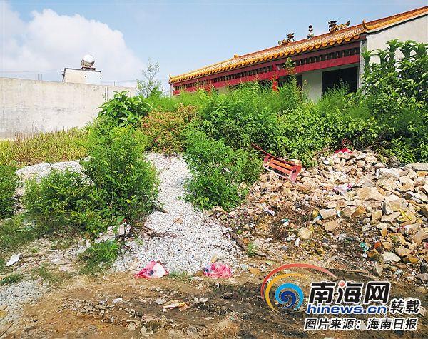 屯昌周朝村:房前垃圾乱堆 村道污水横流