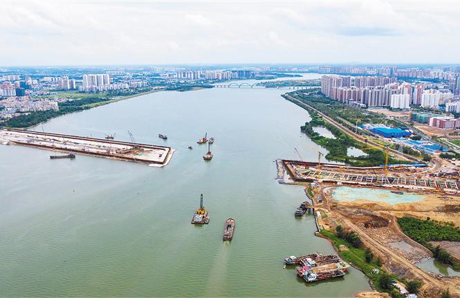 海口文明东越江通道项目工地:千余工人挥汗如雨加油干