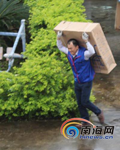 图:丘耀南参与公益活动。.png