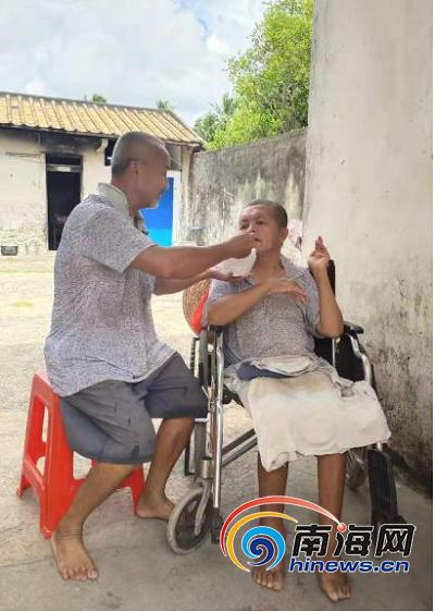 图:符国庆照顾瘫痪义弟.png