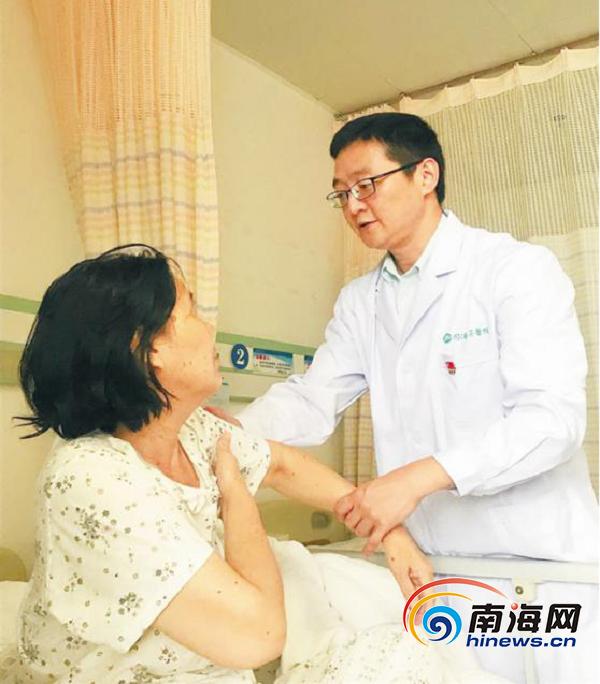 图:夏曙在病房为患者检查.png
