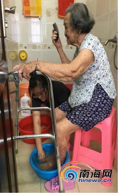 图:郑欢欢照顾奶奶.png