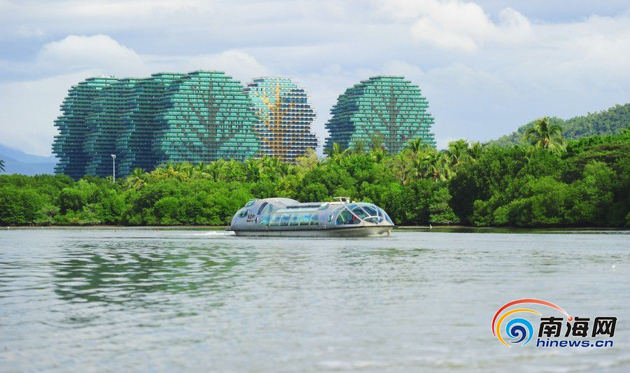 三亚河上的动力观光船。南海网记者 沙晓峰摄.jpg