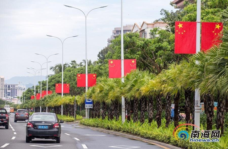 国庆节临近 三亚街头悬挂五星红旗营造节日氛围