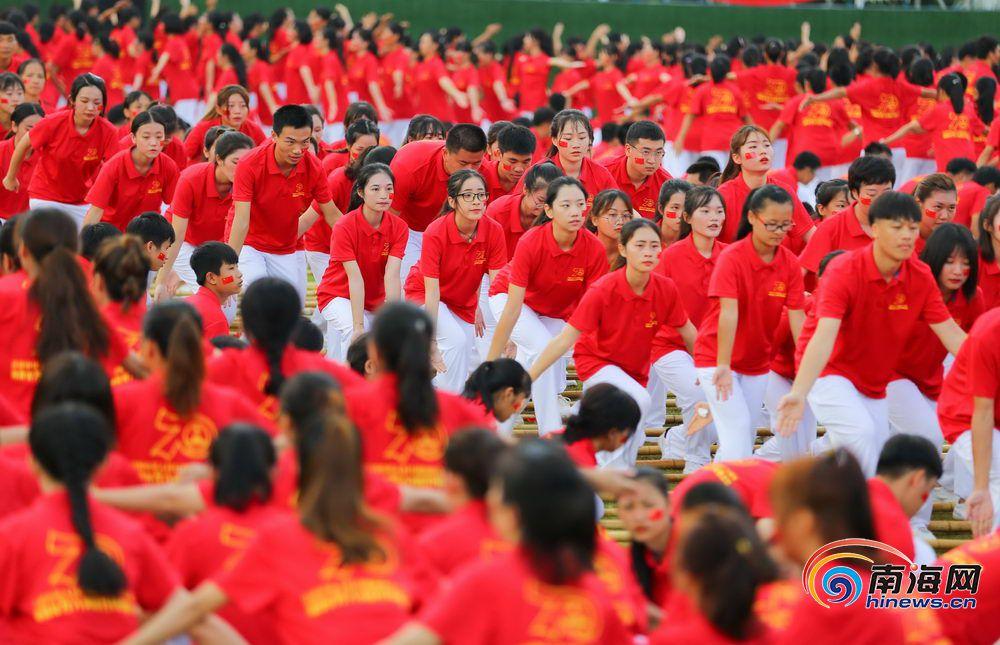 海南万人共跳竹竿舞 共庆新中国成立70周年