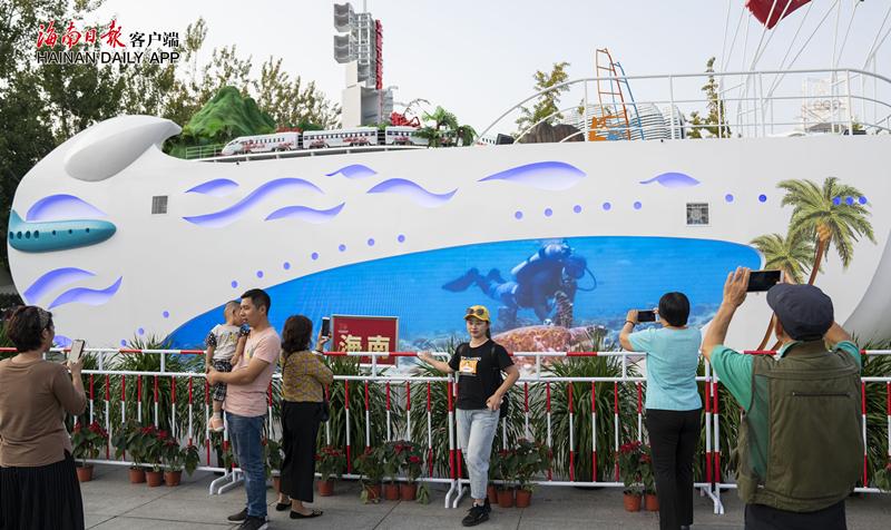 ?海南彩车亮相北京奥林匹克公园吸引众多观众