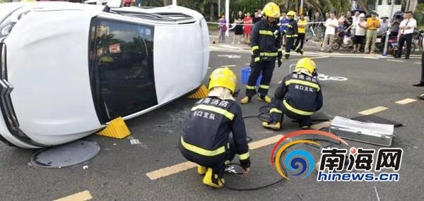 海口两车相撞致1人被困 消防及时救援