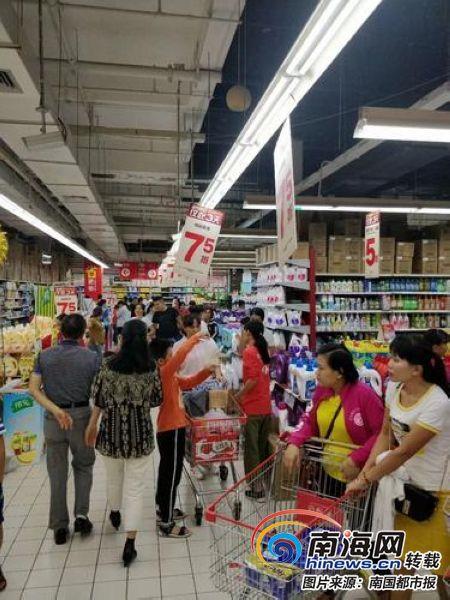 """""""双十一""""未至 海口部分商场超市提前促销""""叫板""""电商"""
