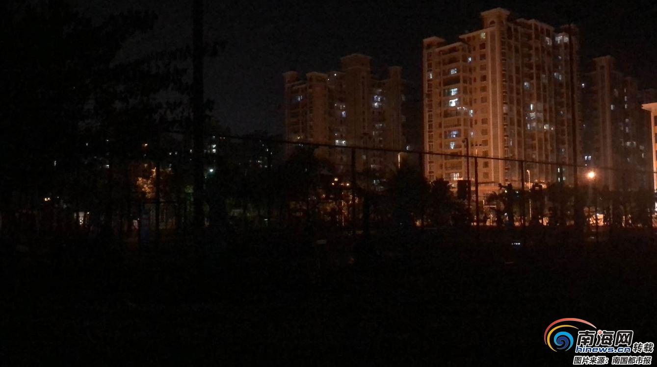 """海口琼山区双创广场灯光球场""""没灯"""" 管理方:此前多次短路 正在安装调试变电箱"""