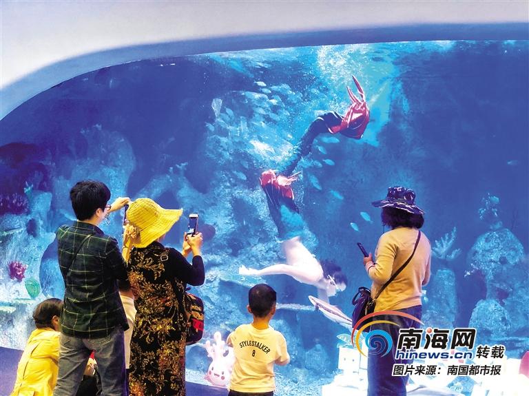 """三亚凤凰国际机场""""海洋之眼""""开放展示 吸引众多旅客拍照留念"""