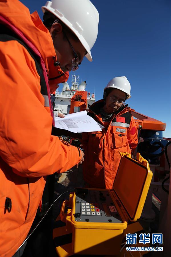 """(""""雪龙""""探南极·图文互动)(1)""""雪龙2""""号首次回收和布放南极考察潜标"""