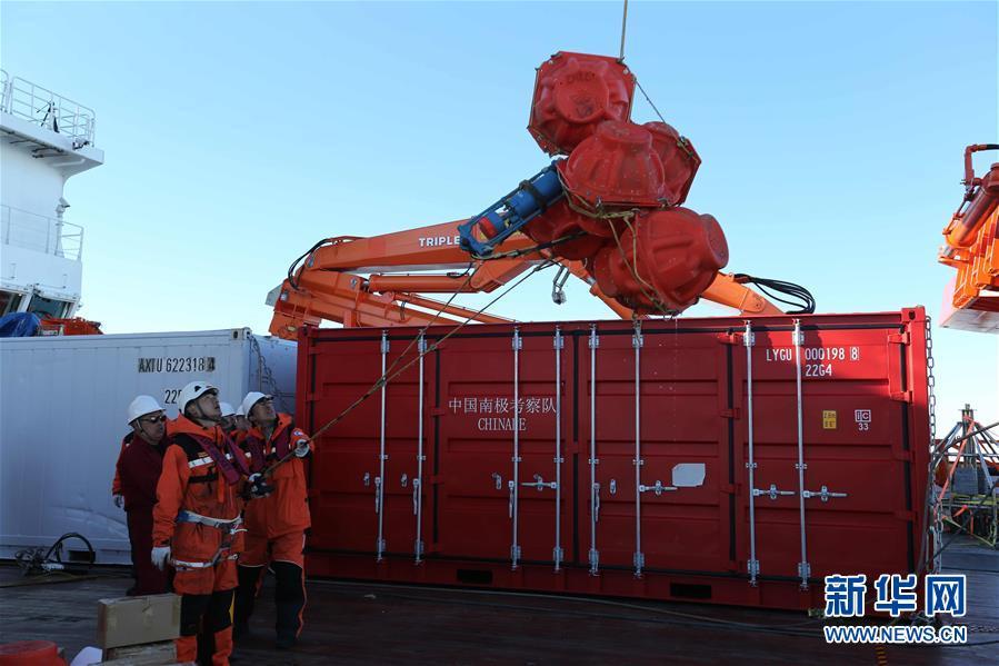 """(""""雪龙""""探南极·图文互动)(3)""""雪龙2""""号首次回收和布放南极考察潜标"""