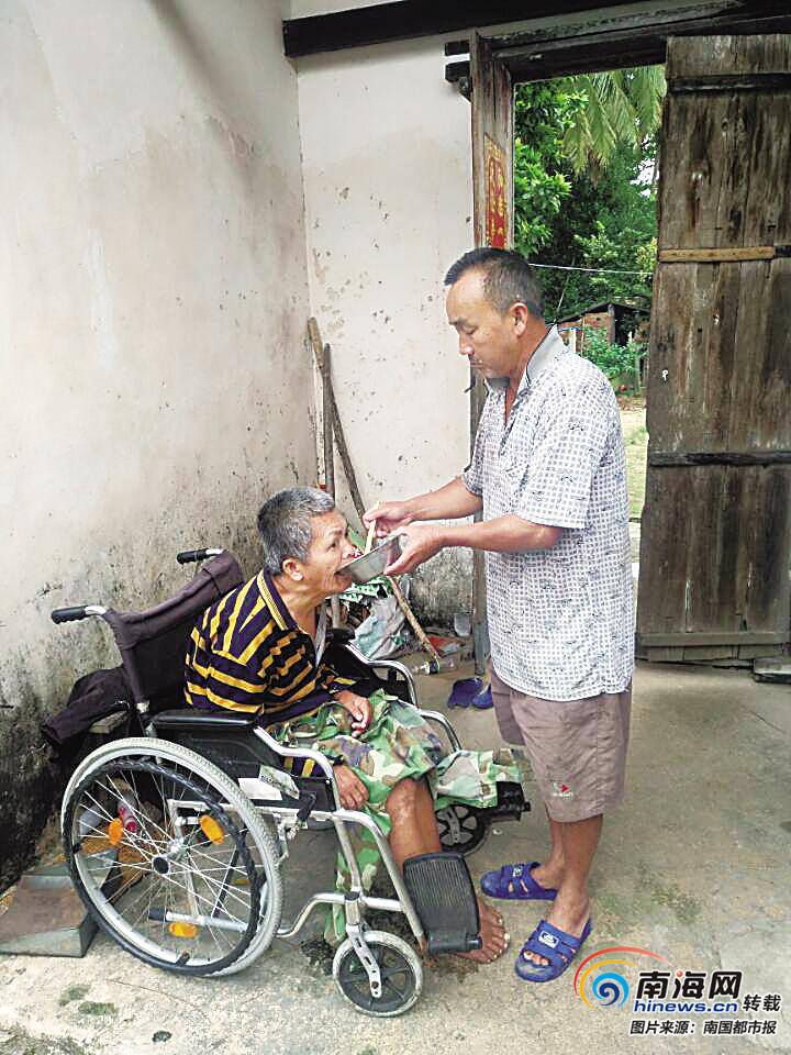 感动海南 | 文昌村民符国庆给瘫痪义弟喂饭洗衣几十年:再难也要照顾弟弟一辈子