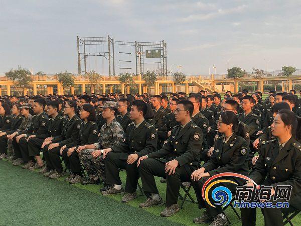 海南江东中学举办励志讲座 环中国跑第一人走进学校进行演讲