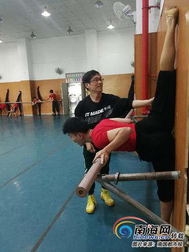 """嘉积中学舞蹈教师颜业岸 :""""非专业""""老师带学生走进金色大厅"""