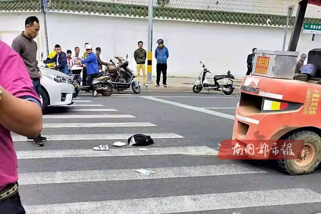 突发!海口一叉车撞倒两名小学生,其中一人被卷入车底