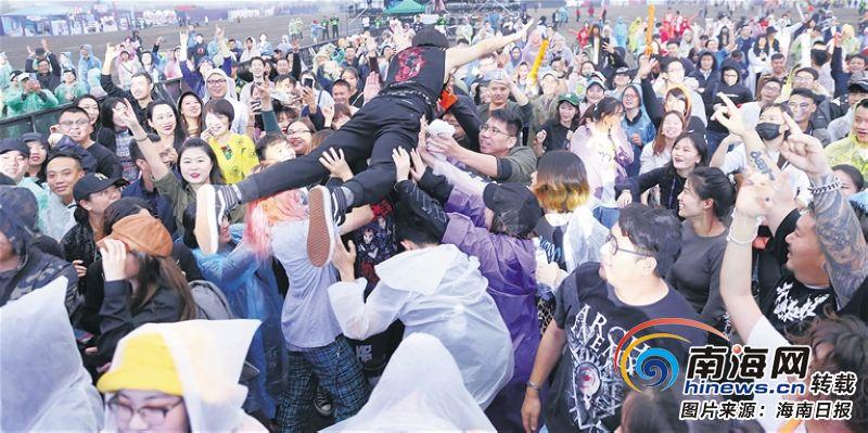 """海南红珊瑚国际音乐节首场""""嗨""""翻天 寒风阴雨挡不住似火热情"""
