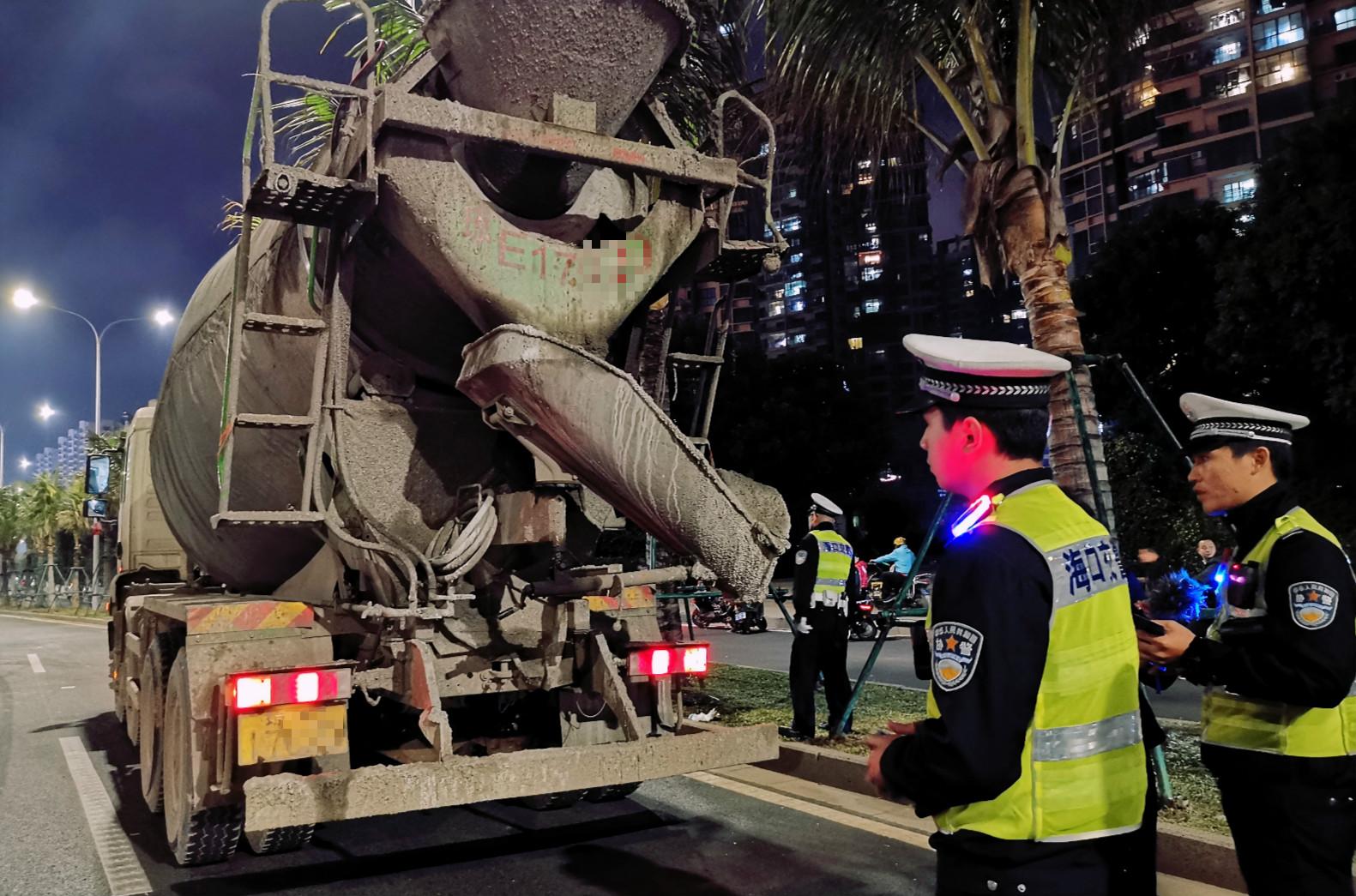 海口公安交警开展周末夜查整治行动 查处各类交通违法行为431起