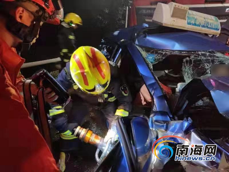 海口泥罐车、出租车、大货车三车追尾 致4人受伤