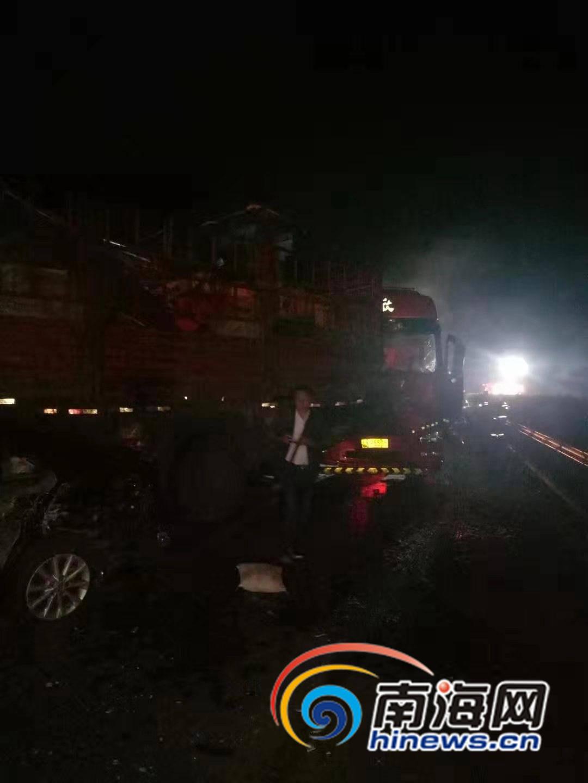 椰视频 | 海南环岛高速五车追尾  两人受伤两车起火
