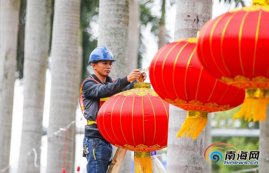 挂灯笼 迎新春 海口街头节日气氛渐浓