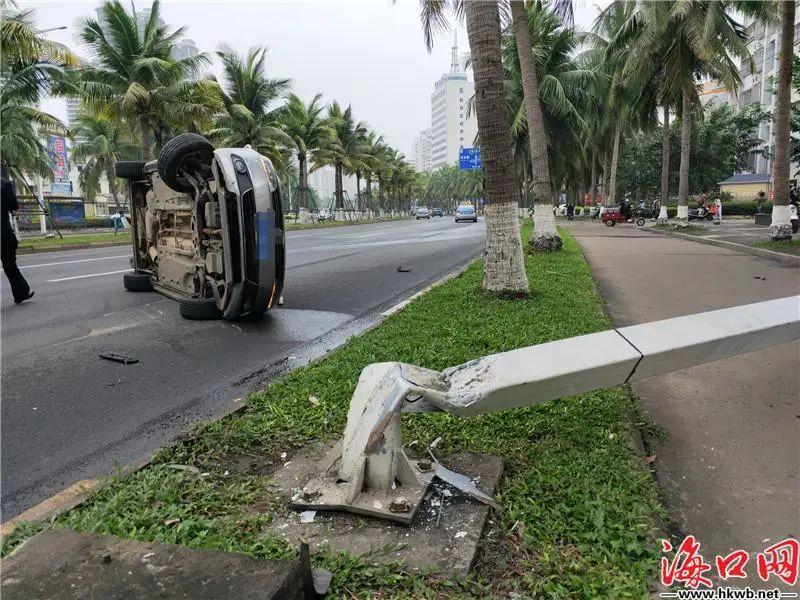视频 | 海口滨海大道一轿车撞倒路灯杆后发生侧翻